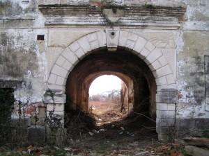 Novi Dvori - devastirani ulaz u dvorac