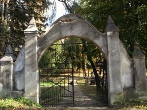 Portal na ulazu u groblje rad Adama Augustinčića 1909.